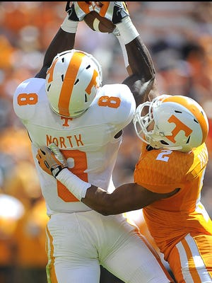 D'Andre Payne, right, defends during Tennessee's Orange and White game in 2014.