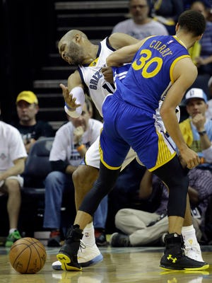Memphis Grizzlies guard Vince Carter (15) runs into Golden State Warriors guard Stephen Curry (30) in the second half of Game 4 of a second-round NBA basketball Western Conference playoff series Monday, May 11, 2015, in Memphis, Tenn. The Golden State Warriors won 101-84. (AP Photo/Mark Humphrey)