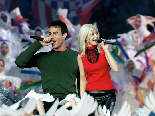 Singers Christina Aguilera (R) and Enrique Iglesias