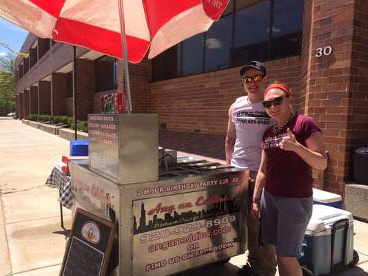 635993497191971223-Ang-an-Eddie-s-hot-dog-cart.JPG