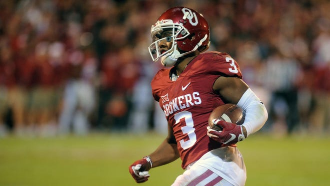 Nov 7, 2015: Oklahoma Sooners wide receiver Sterling Shepard (3) runs after a catch against the Iowa State Cyclones during the fourth quarter at Gaylord Family - Oklahoma Memorial Stadium.