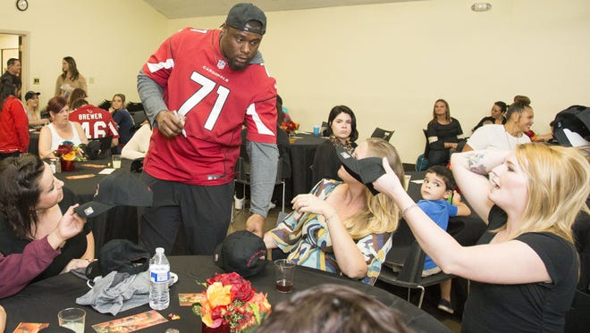 Arizona Cardinals player Earl Watford serves at the Early Bird Thanksgiving Dinner at Phoenix Rescue Mission on Nov. 20, 2017.