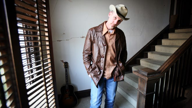 Texas country singer-songwriter Max Stalling will perform at 8 p.m. Wednesday at the State Line Bar-B-Q restaurant.