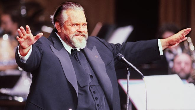 American film actor and director Orson Welles welcomes the audience and opens the ceremony in Paris 28 February 1982.