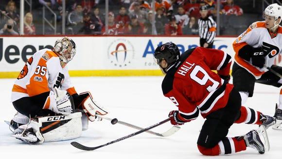 Philadelphia Flyers goalie Steve Mason (35) stops a