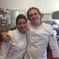 Patricia Falcón (izda) y Jason MacDonalds (dcha) son dos jóvenes que han estudiado en el Instituto Culinario de Miami (MCI), que cumple cinco años con el derecho a presumir de haber formado durante este tiempo a unos 4,000 alumnos, muchos de ellos hispanos.