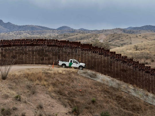 TOPSHOT-US-MEXICO-BORDER-FENCE
