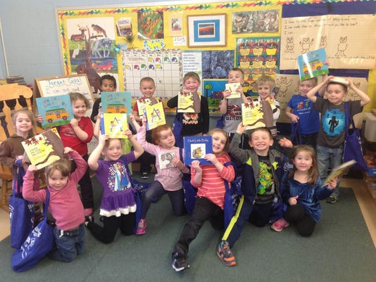 636420292297186184-Elementary-students-with-books.jpg
