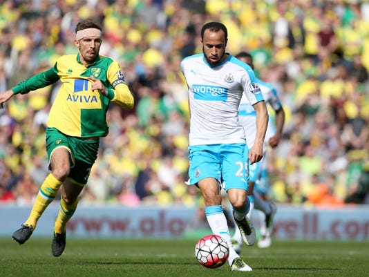 Newcastle United's Andros Townsend, right, and Norwich City's Gary O'Neil in action during their English Premier League soccer match at Carrow Road, Norwich, England, Saturday, April 2, 2016. (Chris Radburn/PA via AP)    UNITED KINGDOM OUT      -    NO SALES      -     NO ARCHIVES