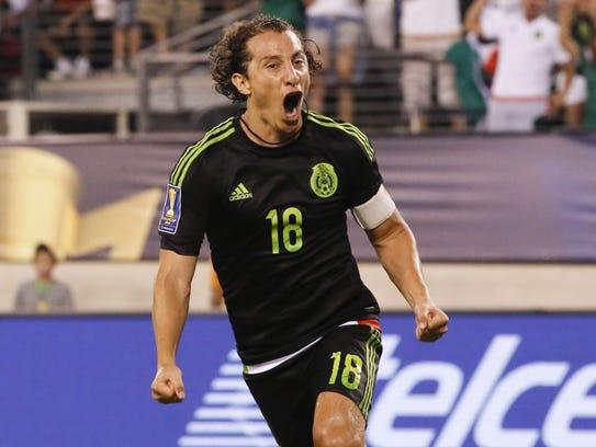 Andrés Guardado festeja su gol de penal.