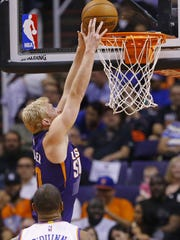 Phoenix Suns forward Chase Budinger (10) against the New York Knicks in the second half of their NBA game Wednesday, March 9, 2016 in Phoenix, Ariz.