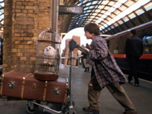 HarryWithTrolley_WB_F1_HarryPotterHedwigTrunkTrainPlatform_6746