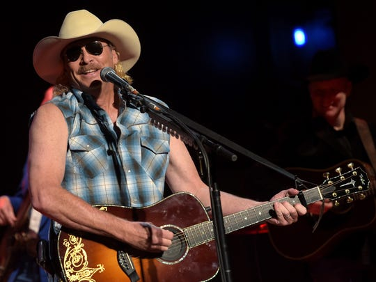 Alan Jackson surprises fan with a retro look from 25