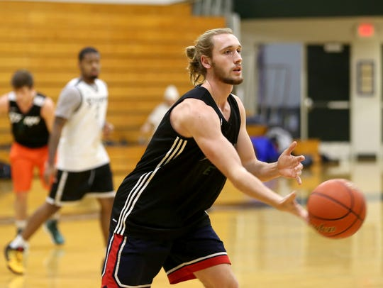 Jack Frazier practices with the rest of the mens basketball