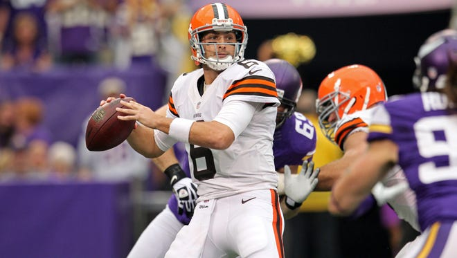 Cleveland Browns quarterback Brian Hoyer (6) throws during the first quarter against the Minnesota Vikings at Mall of America Field at H.H.H. Metrodome. Mandatory Credit: Brace Hemmelgarn-USA TODAY Sports ORG XMIT: USATSI-132638 ORIG FILE ID:  20130922_krj_ah7_012.JPG