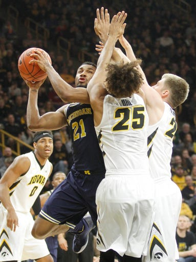Michigan's Zak Irvin (21) goes to the basket against