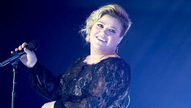 Singer Kelly Clarkson performs during Celebrity Fight Night XXI at the JW Marriott Desert Ridge Resort & Spa in Phoenix on Saturday, March 28, 2015.