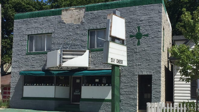 The building at 3216 S. Howell Ave. is to become Sabrosa Cafe & Gallery, serving breakfast, lunch and weekend brunch and hosting exhibits and live performances.