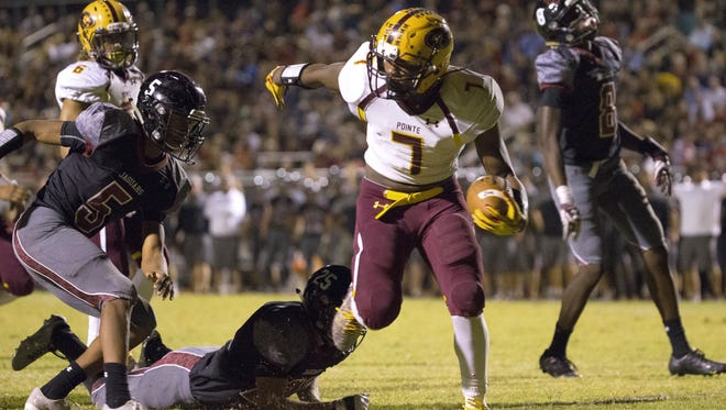 Mountain Pointe's Rashie Hodge Jr. (7) breaks a tackle from Desert Ridge's Bradley Beaver (25) on his way to the end zone at Desert Ridge High School on October 14, 2016 in Mesa, Ariz.