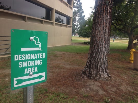 A sign points to the smoking area at the Ventura County