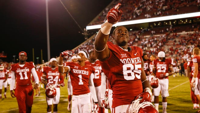 Oklahoma Sooners linebacker Geneo Grissom (85) celebrates the victory with teammates after the game against the Tennessee Volunteers at Gaylord Family - Oklahoma Memorial Stadium.
