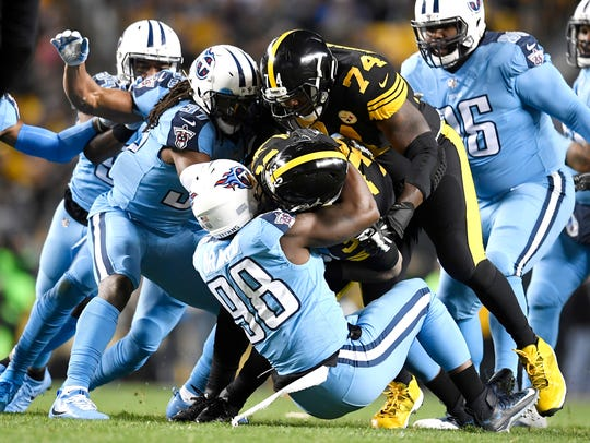 Titans linebacker Brian Orakpo (98) stops Steelers running back James Conner (30) in the first quarter.
