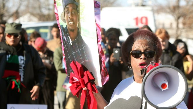Robyn Scott, the mother of Melvin Murray Jr., tells the story of the death of son last September. She worked for months to investigate the circumstances surrounding his death, and recently Cincinnati police showed the dash cam footage of the incident to her.