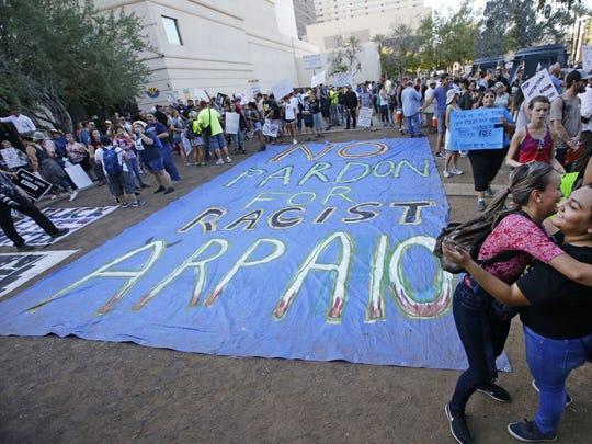 Manifestantes en Phoenix piden un 'no' al perdón por