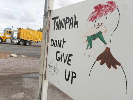 A sign telling Tonopah residents to not give up and
