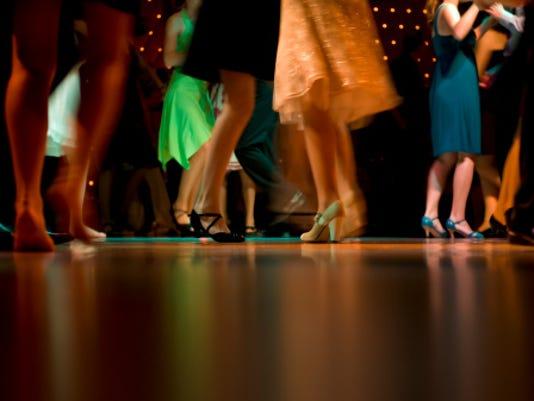 635906438175022627-prom-dancing.jpg