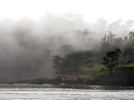 En esta foto de archivo, la niebla brevemente oscurece el hoyo 18 durante la ronda final del 2015 AT&T National Pro-Am en Pebble Beach.