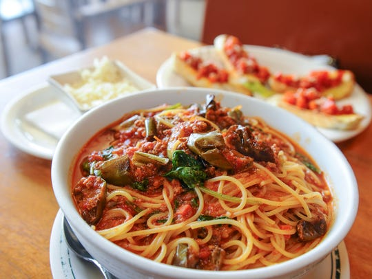 Pasta and bruschetta from Capricciosa.
