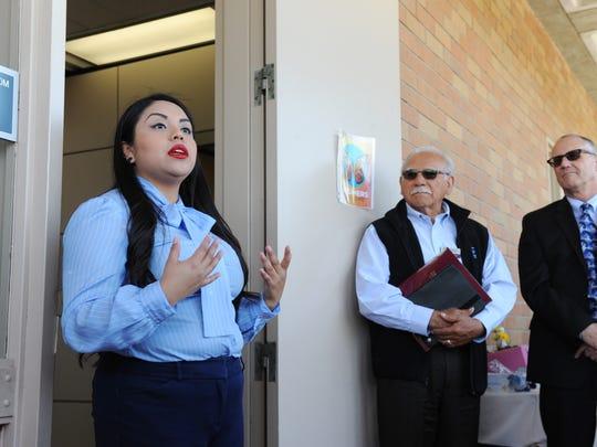 Durante la ceremonia de inauguración del centro Mi CASA, la estudiante Adriana González habla sobre la importancia de un centro de recursos para estudiantes Dreamers . El miembro del Consejo Manuel Osorio, centro, y el presidente Willard Lewallen la escuchan.