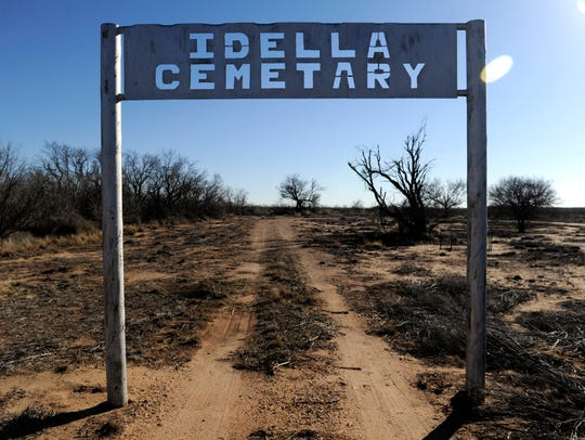 The entrance to the Idella Cemetery.
