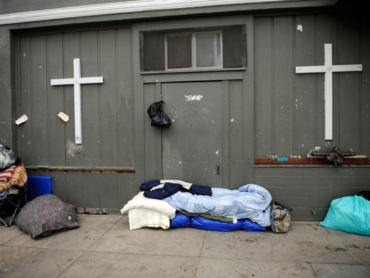 Diferentes artículos agrupados contra la pared de la Victory Mission en la calle Soledad.