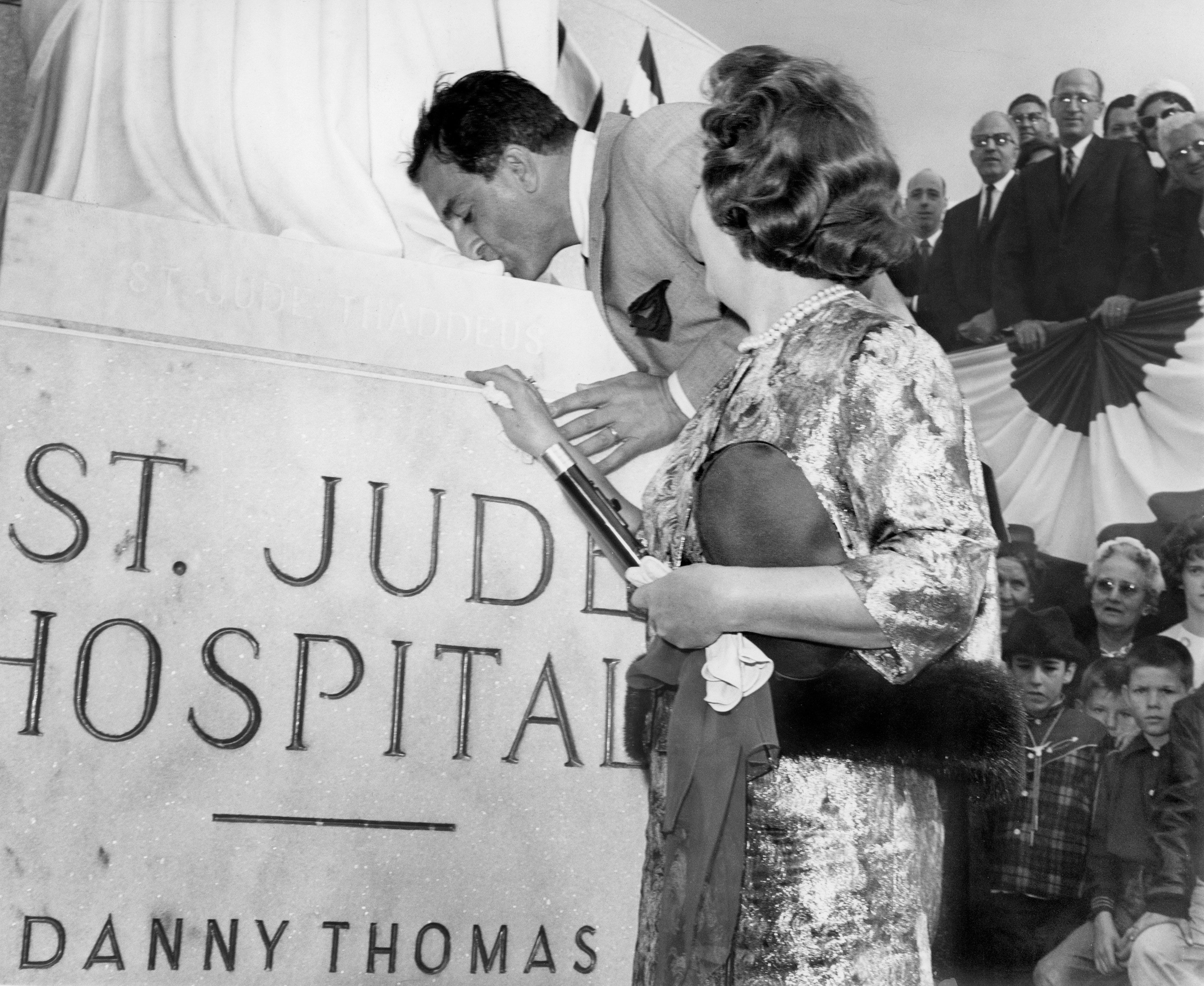 Exceptionnel Danny Thomas Kisses The Toe Of St. Jude Thaddeus As