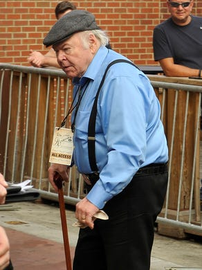Roy Clark arrives on the red carpet for the ACM Honors