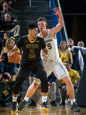 Southern Mississippi forward Eddie Davis III is defended by Michigan center Jon Teske in the second half Thursday.