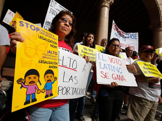 Varios activistas protestan contra las deportaciones.