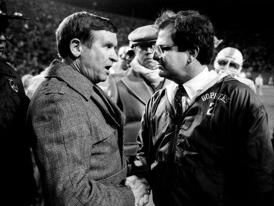 Tennessee head coach Johnny Majors, left, meets with