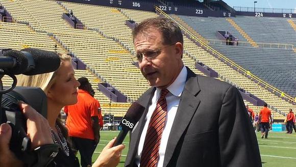 Auburn coach Gus Malzahn does pregame interview before