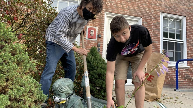 The Friends of the Library recently held a fall cleanup Oct 18.