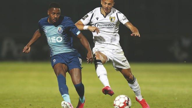 Diogo Gonçalves, à dir., do Famalicão disputa a bola com Manafa do F.C. Porto, no jogo da Primeira Liga, realizado no Estádio Municipal de Famalicão, na quarta-feira.