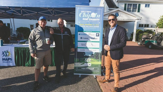 Os co-presidentes do Torneio Anual de Golfe Solidário 'Chip-In for Charity' Rui Domingos, à esq., e Walter Sousa, com o director executivo da Massachusetts Alliance of Portuguese Speakers (MAPS), à dir.