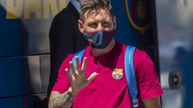 Lionel Messi, do FC Barcelona, acena ao chegar ao hotel da equipa em Lisboa, Portugal, na quinta-feira, 13 de Agosto de 2020. O FC Barcelona vai jogar contra o Bayern de Munique nos quartos-de-final da Liga dos Campeões, na sexta-feira.