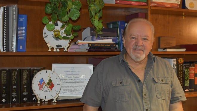 Mário Carneiro no seu escritório em East Providence.