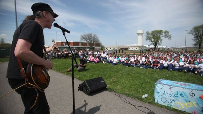 "Happy Chichester performs Johnny Cash's ""Folsom Prison Blues"" to about 2,400 inmates at the Ohio Reformatory for Women in 2018."