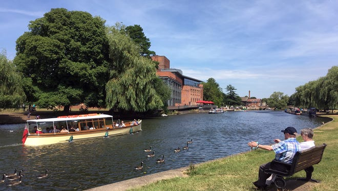 The River Avon goes through the heart of Stratford-upon-Avon; visitors can enjoy a pleasant park and the Royal Shakespeare Theatre along its banks.