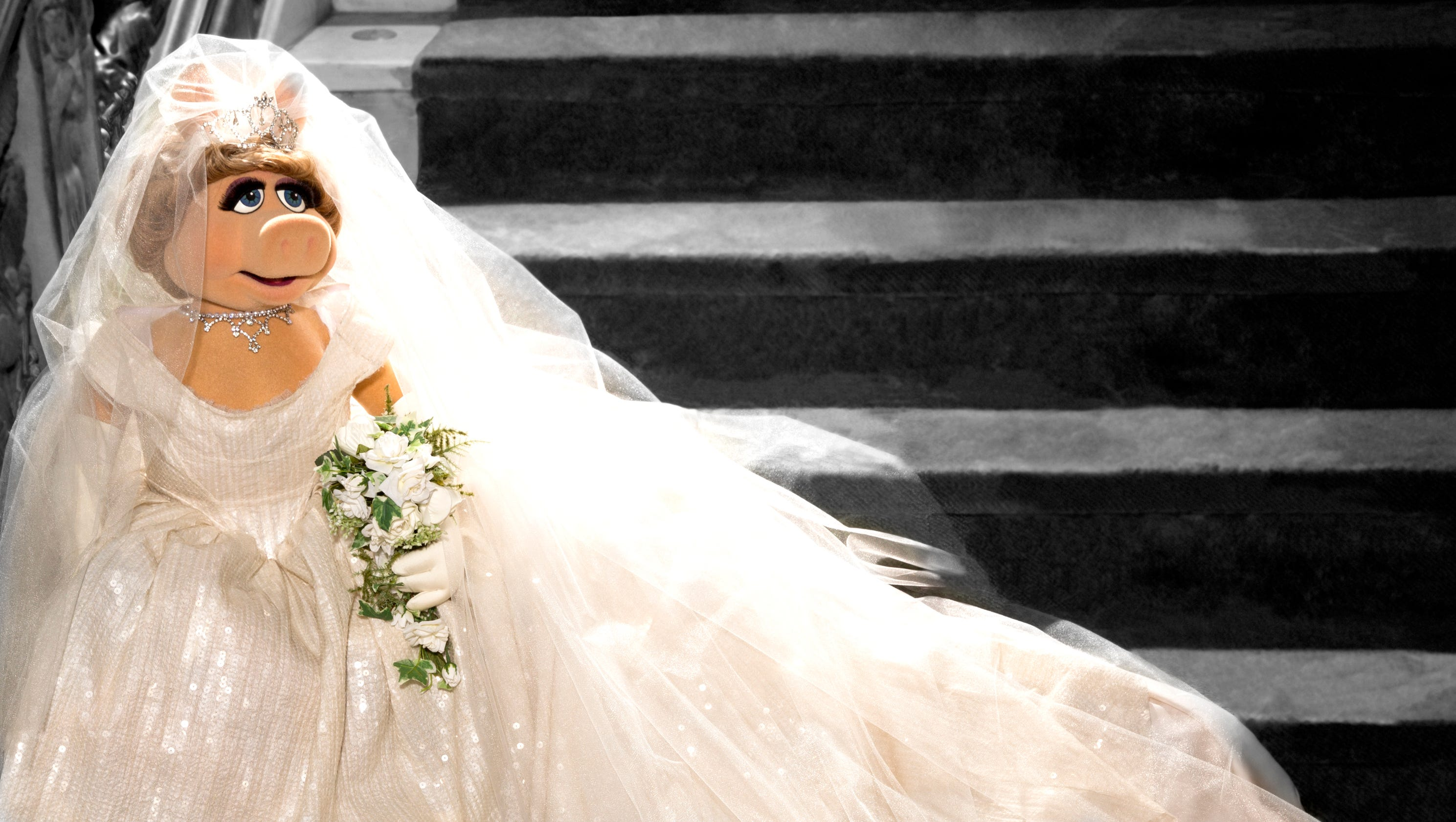 Miss piggy 39 s wedding dress revealed for Where can i sell my wedding dress locally