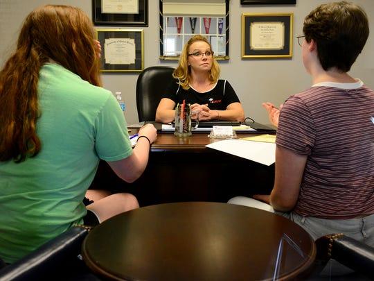 Nina Heckler with Class 1010 talks with Lauren Ragsdale